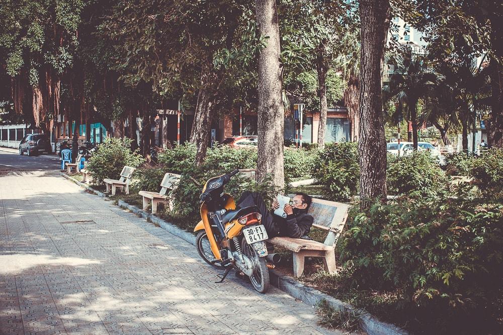 zeitungslesender Mann in Vietnam