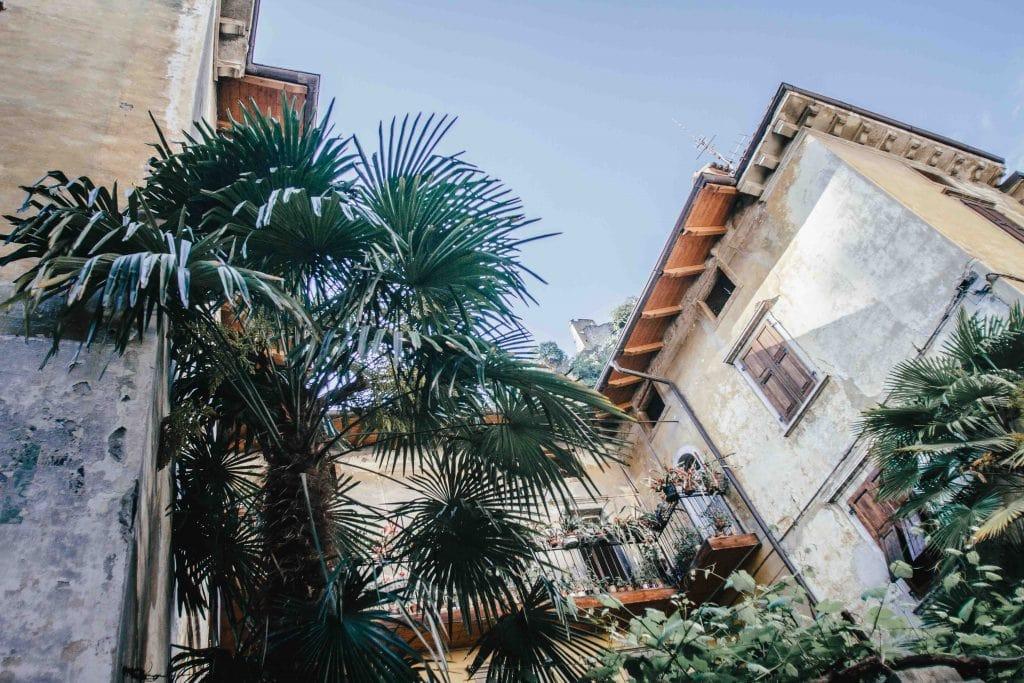 In den Straßen von Arco mit Blick nach oben auf Schloß Arco