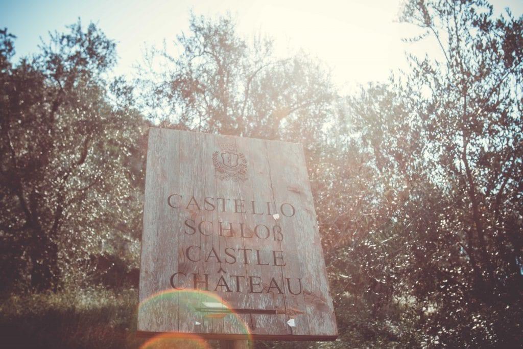 Schloß Arco Schild in den Olivenhainen