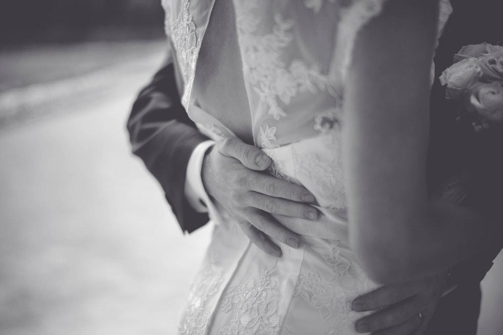 Schwarz Weiß Hochzeitsfoto freier Rücken mit Sptze am Brautkleid