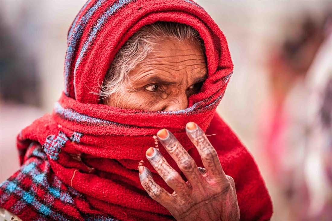 indische Frau mit rotem Schal