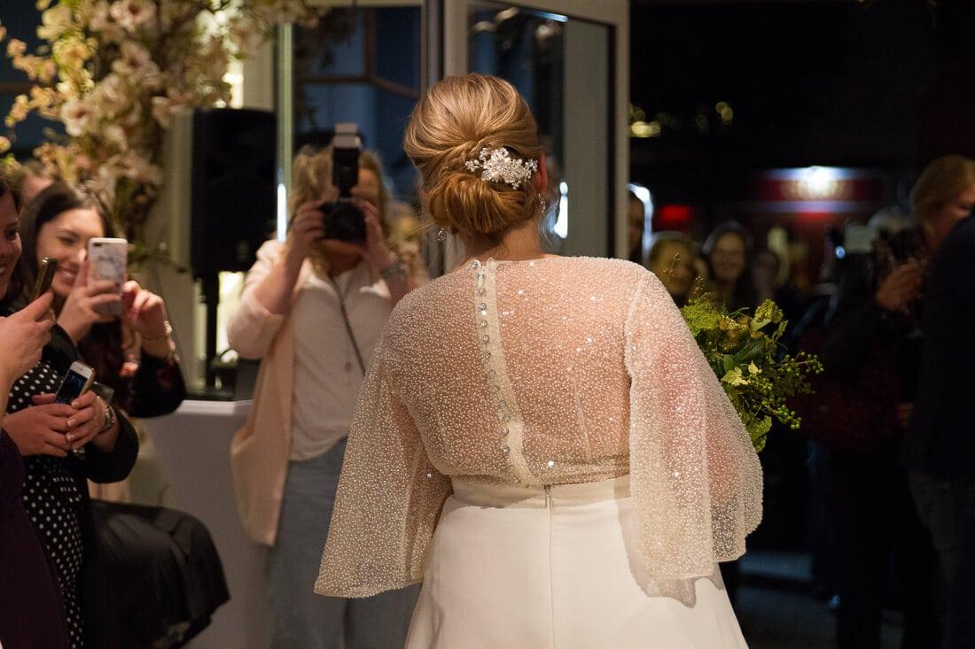 Braut mit glitzernden Rückenteil