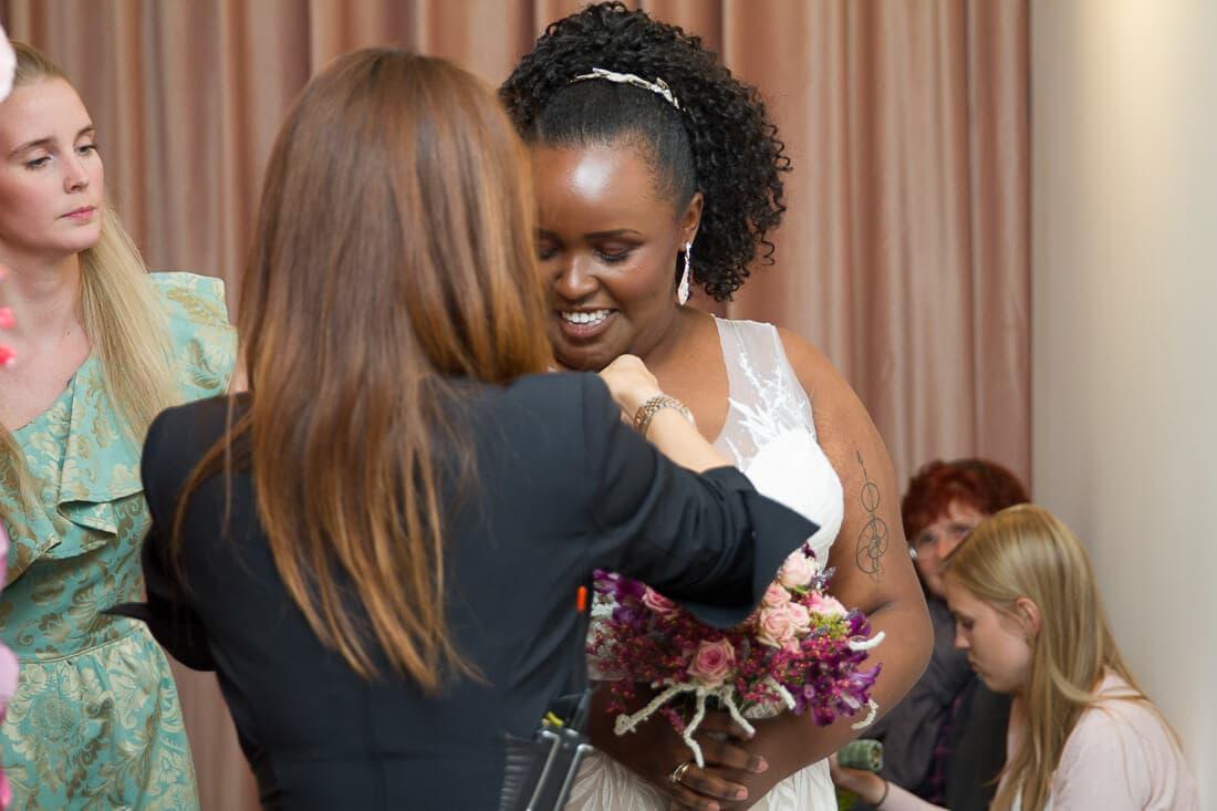 dunkle Frau als Braut bei White Silhouette