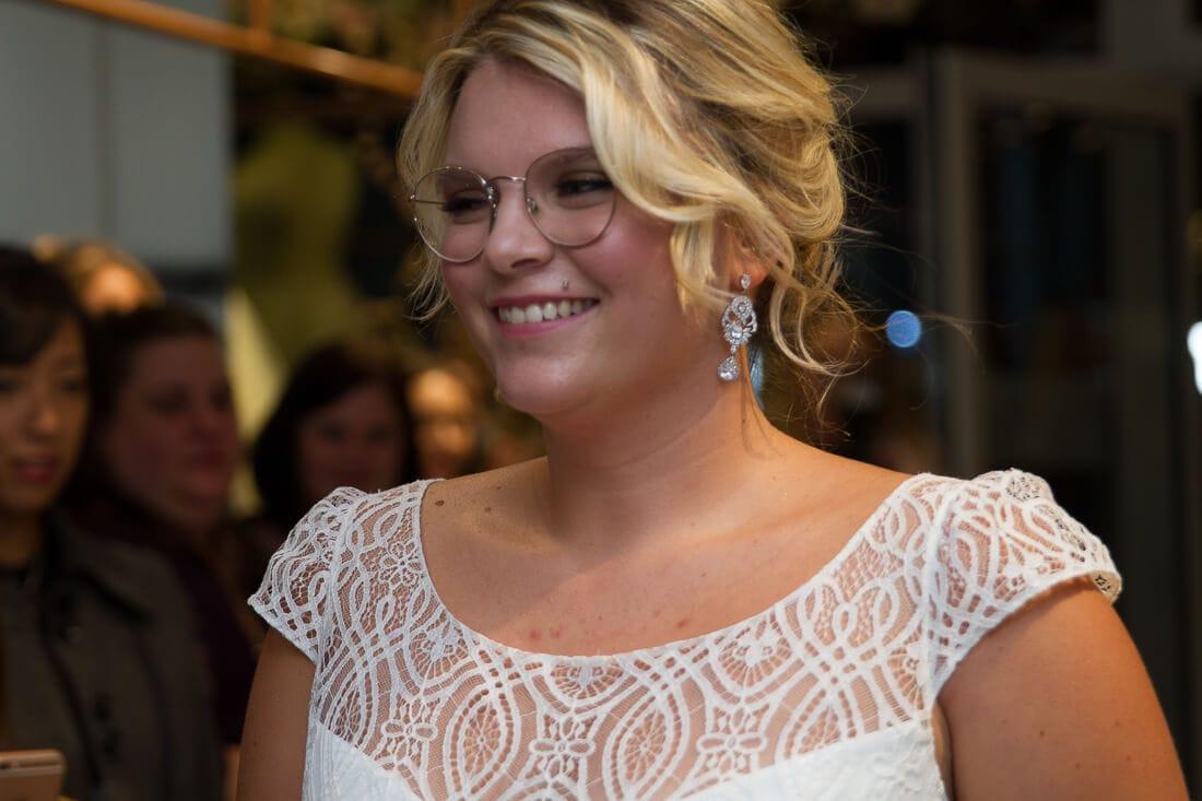 lächelnde Braut bei Modenschau