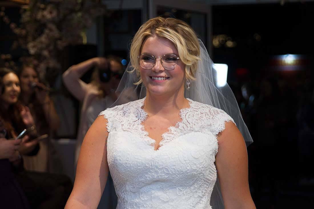 blonde lächelnde Frau als Braut