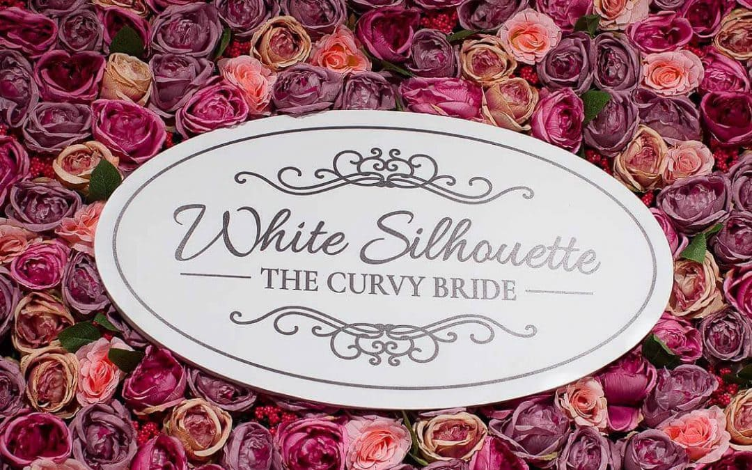 White Silhuette the curvy bride Logo vor Rosen