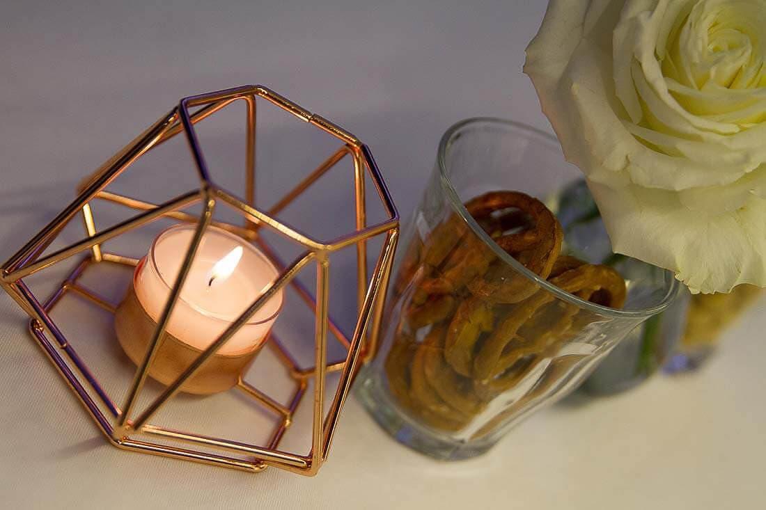 Kerzenschein und Laugenbrezeln und Rose als Deko