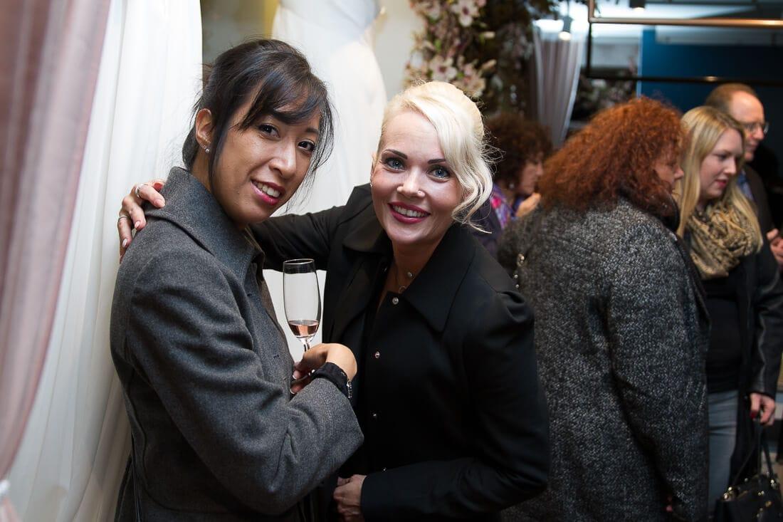 asiatische Frau und blonde Frau