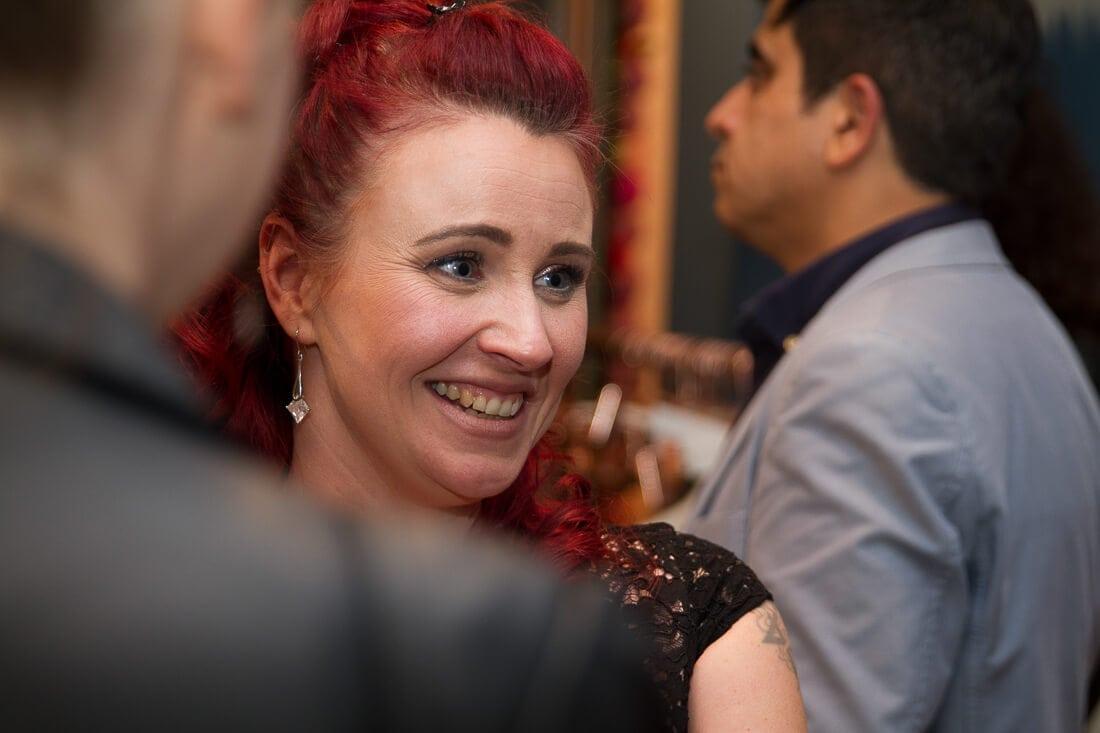Frau mit roten Haaren und schwarzem Kleid