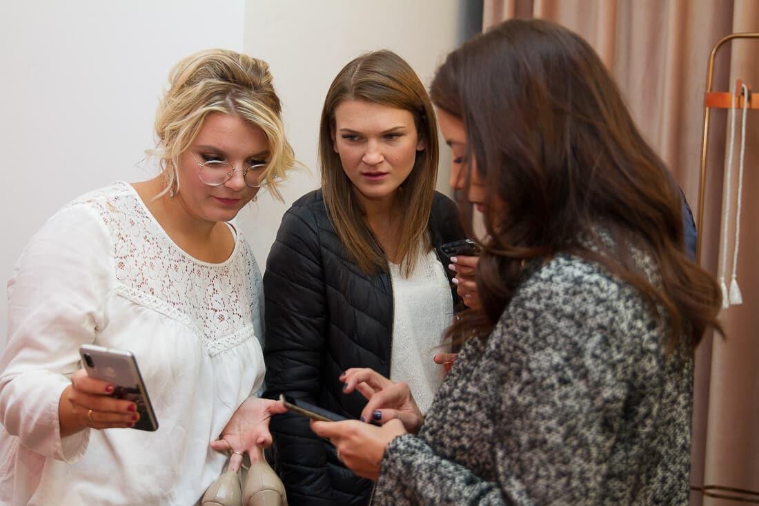 Drei Frauen disktuieren mit Handy