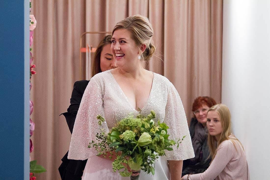 lächelnde blonde Braut mit Brautstrauß