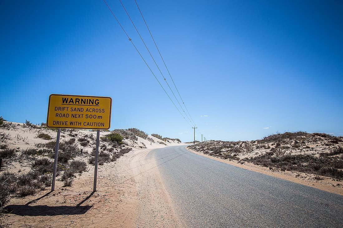Straßenschild mit Aufschrift Drift Sand Across